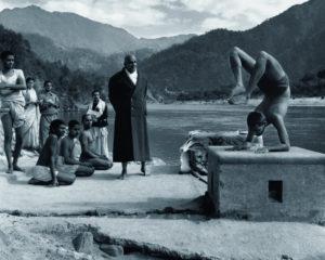 Sivananda y Swami Vishnudevananda demostrando asanas en rishikesh