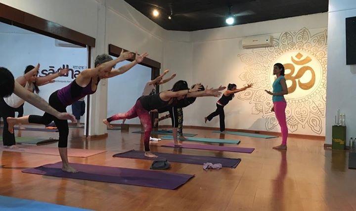 Celebramos yoga de muchas formas, aquí en nuestra escuela de Monterrey-Contry