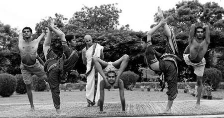 krishnamacharya con sus alumnos demostrando aasanas